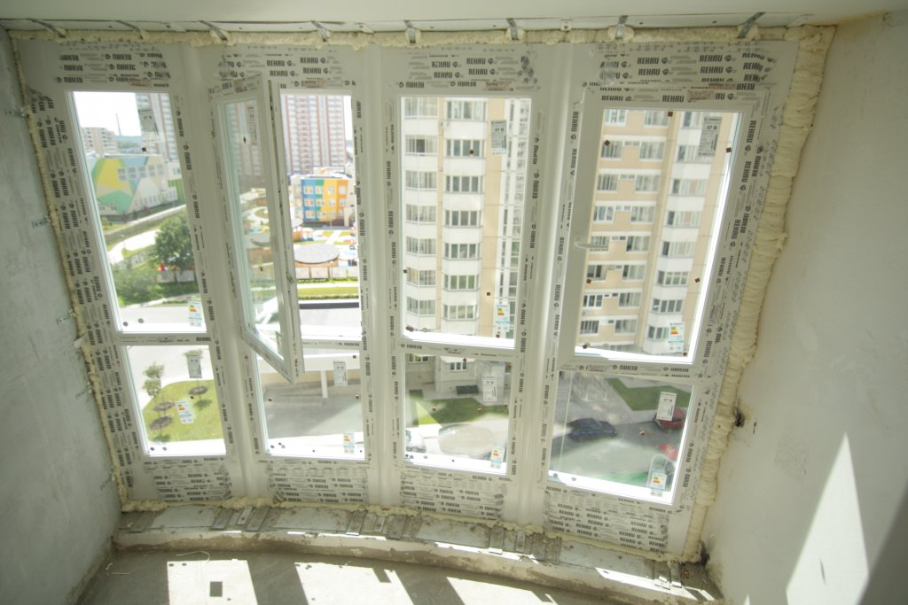 Отделка балкона в домах коэп парус камнем.